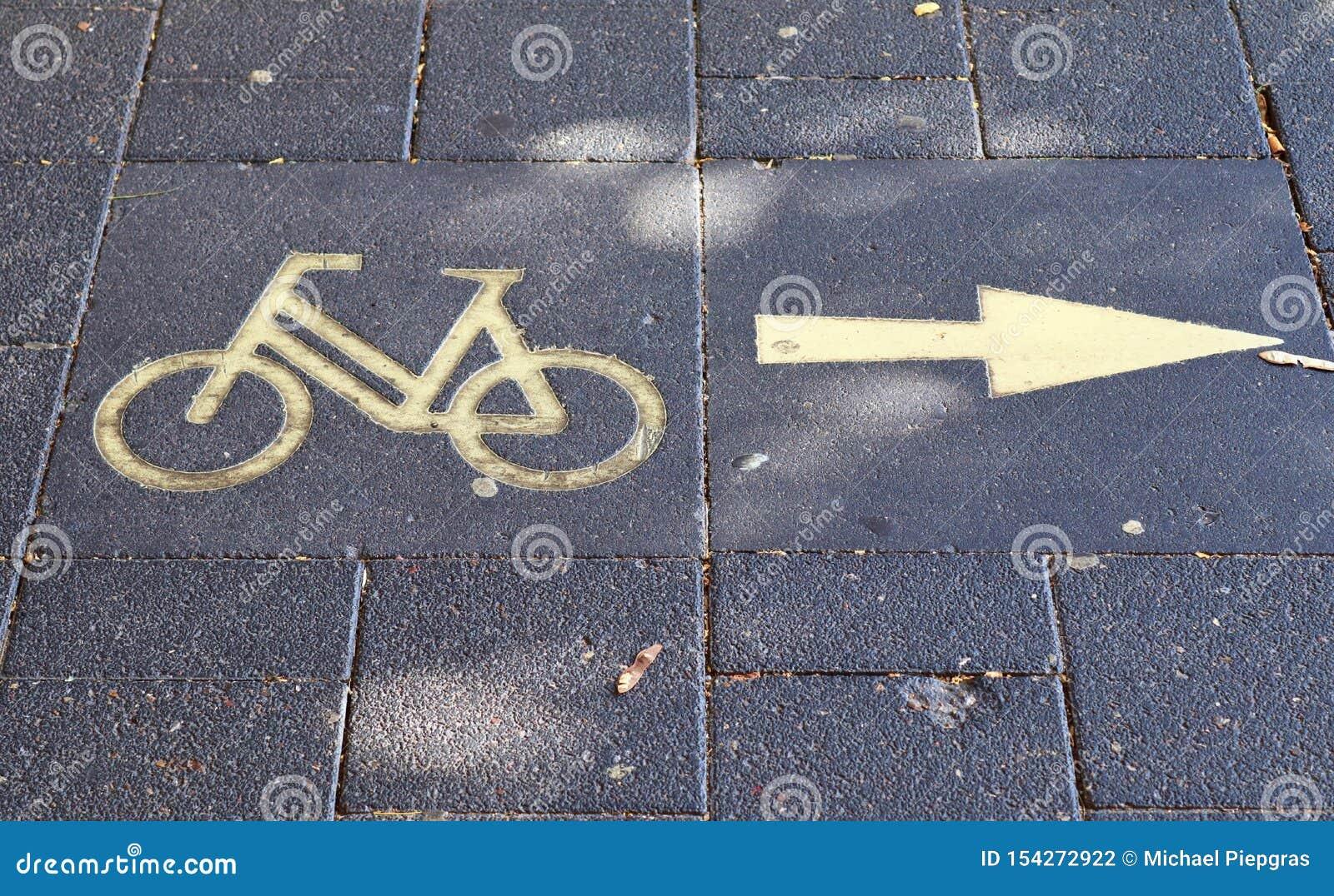 Vue haute étroite sur différents signes et symboles trouvés sur les rues européennes