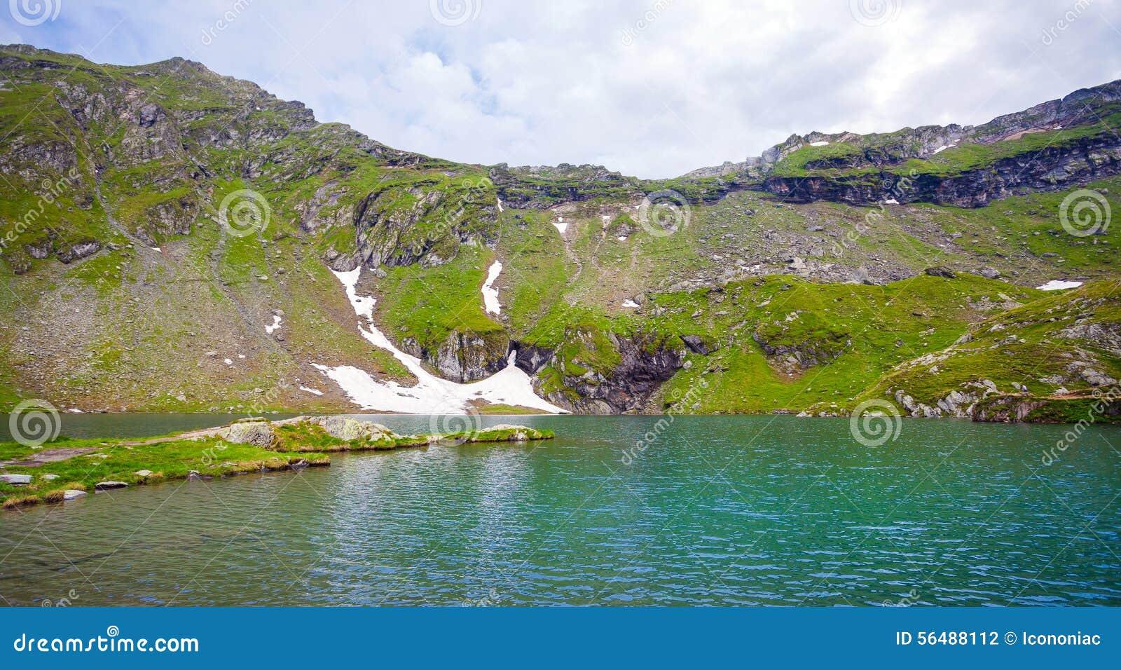Vue idyllique de rivage de lac Balea en montagnes de Fagaras