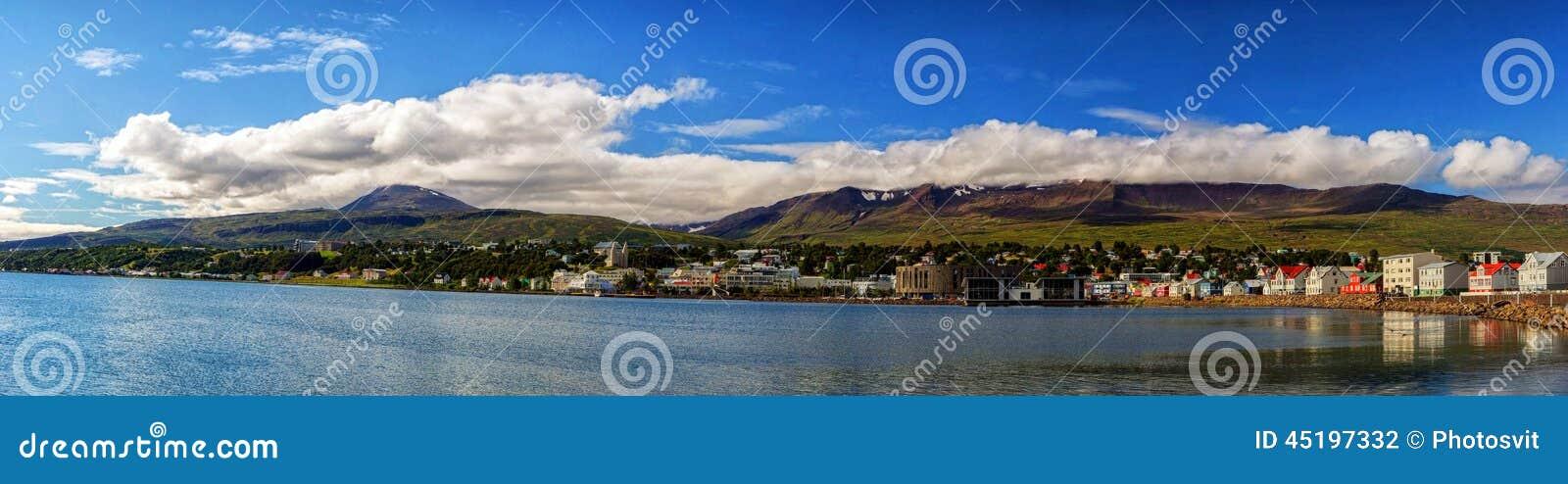 Vue idyllique des montagnes, de l océan et des nuages