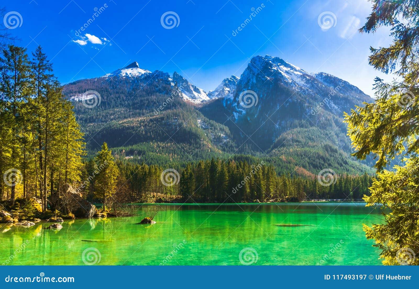 Vue idyllique par le lac Hintersee dans les Alpes bavarois