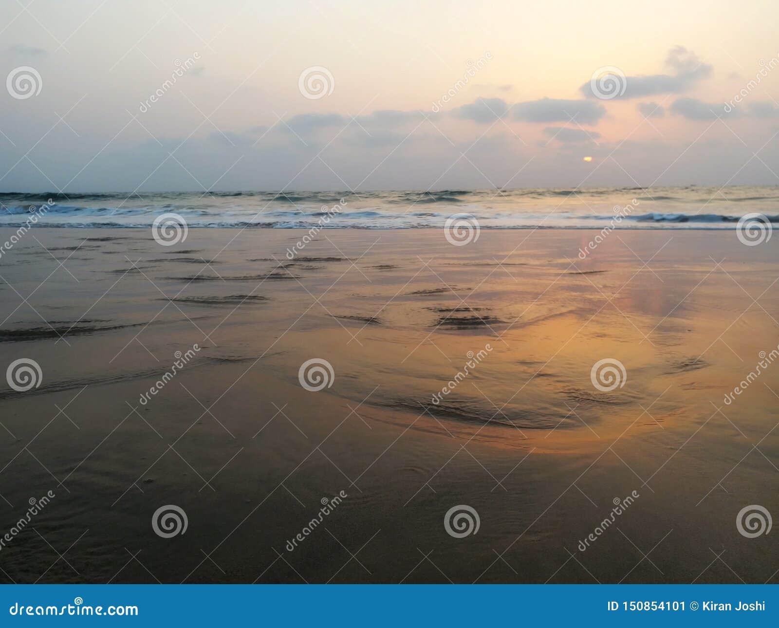 Vue impressionniste des vagues de mer venant avec la vitesse