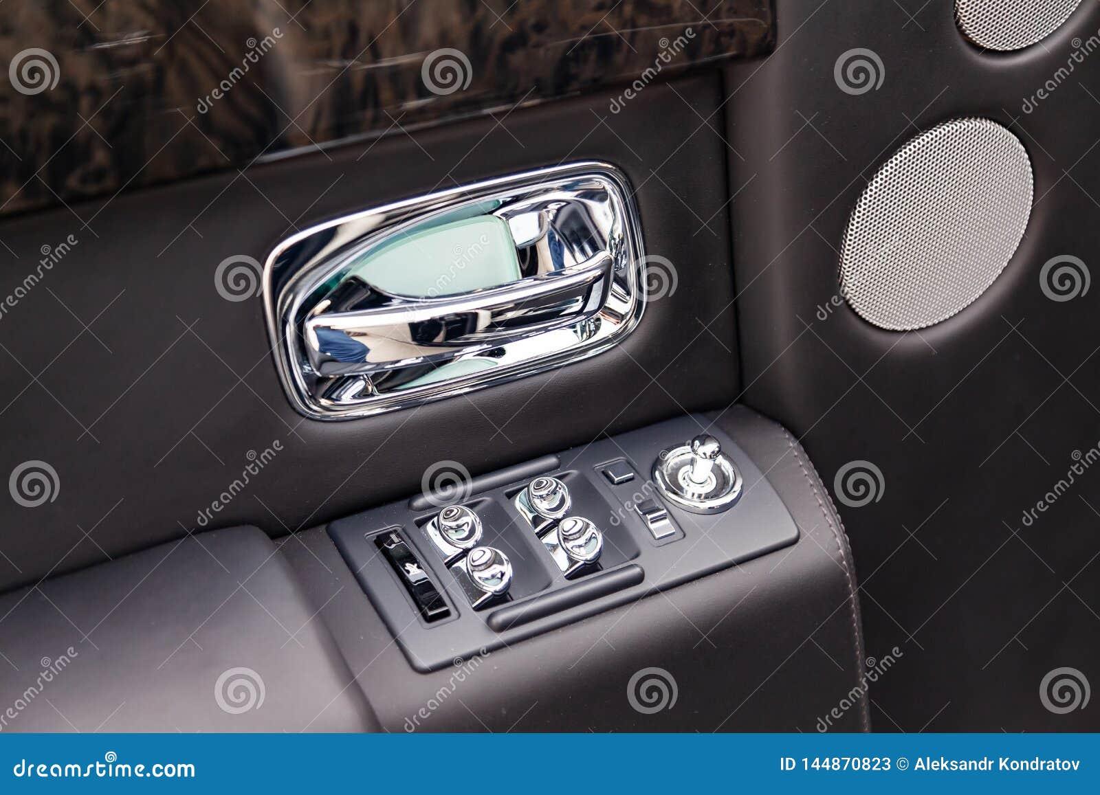 Vue intérieure de nouveau une voiture très chère de Rolls Royce Phantom, une longue limousine noire avec le tableau de bord,