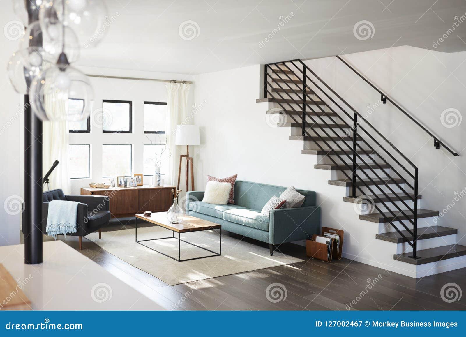 Escalier Dans Un Salon vue intérieure de salon contemporain avec l'escalier image