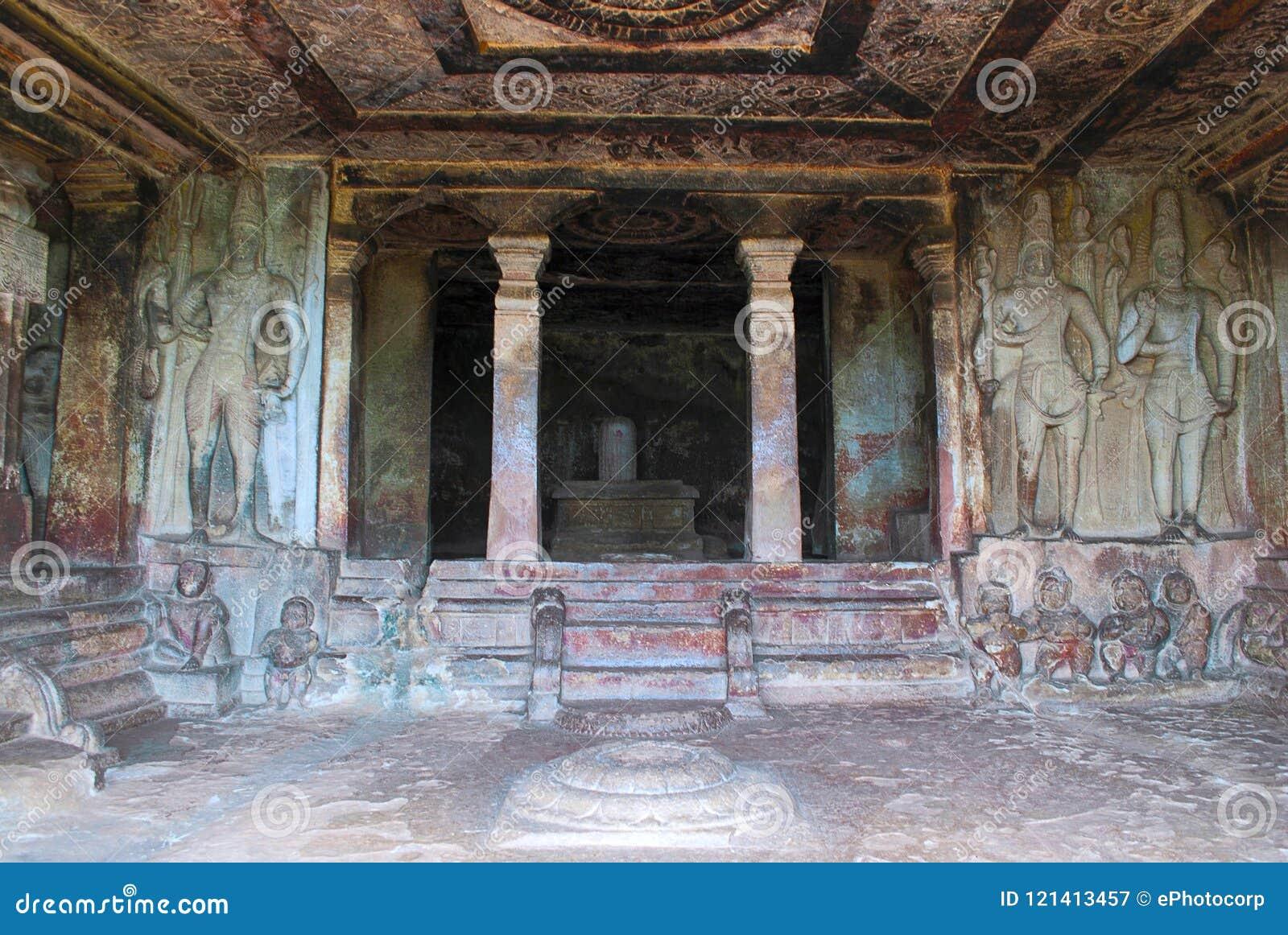 Vue intérieure de temple de roche-coupe de Ravanaphadi, Aihole, Bagalkot, Karnataka Plafond extraordinairement découpé les des de
