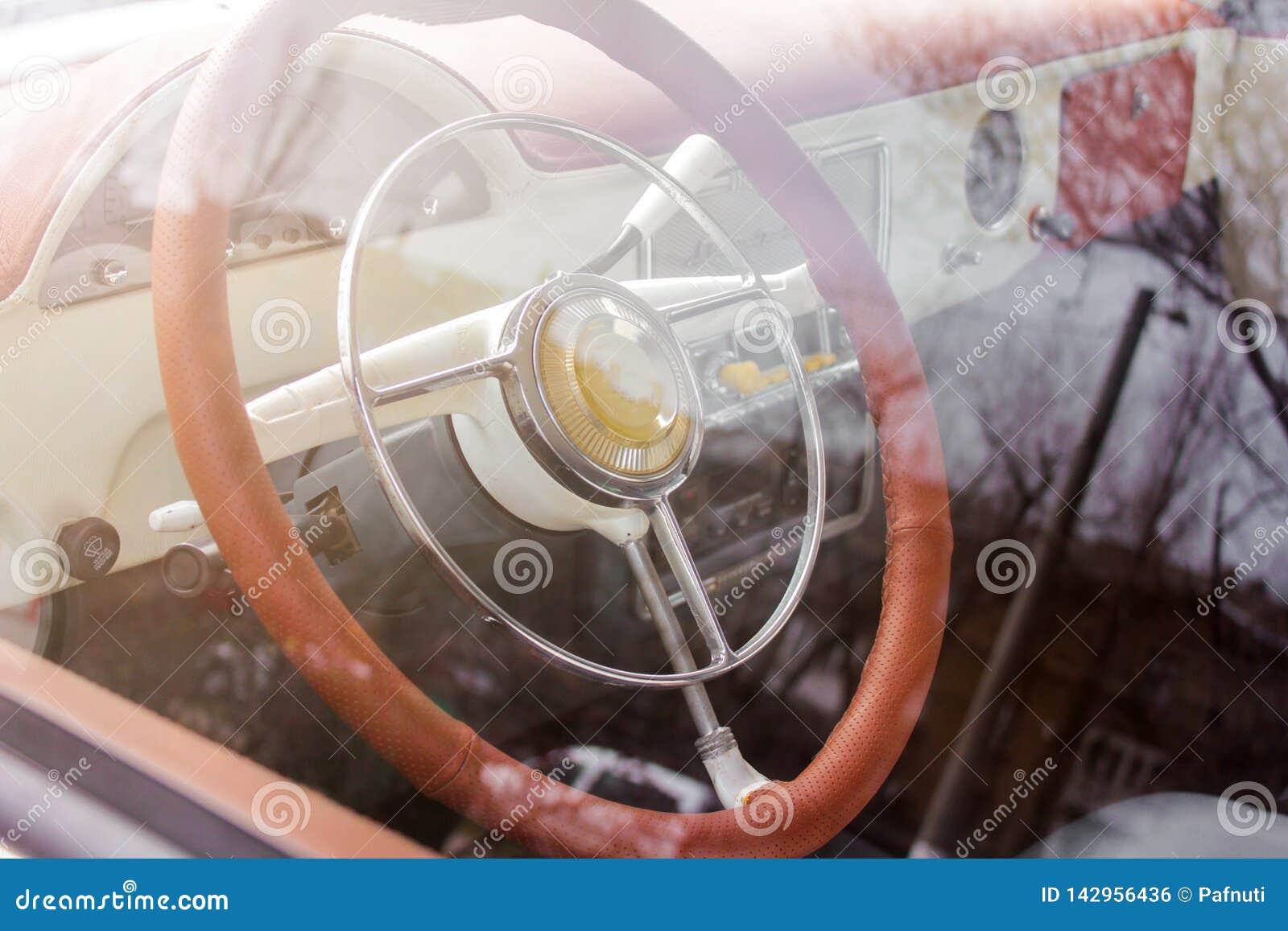 Vue intérieure de vieille voiture de vintage
