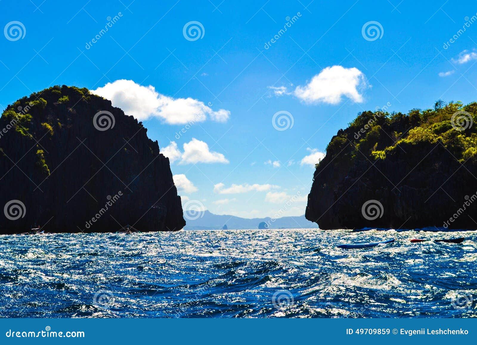 Vue merveilleuse de la mer bleue et des falaises de mer couvertes d EL Nido Palawan Philippines d usines