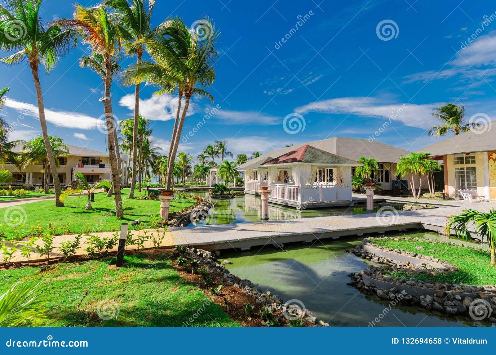 Vue naturelle stupéfiante de paysage des au sol de station de vacances et des bâtiments de restaurant, dans le jardin tropical en