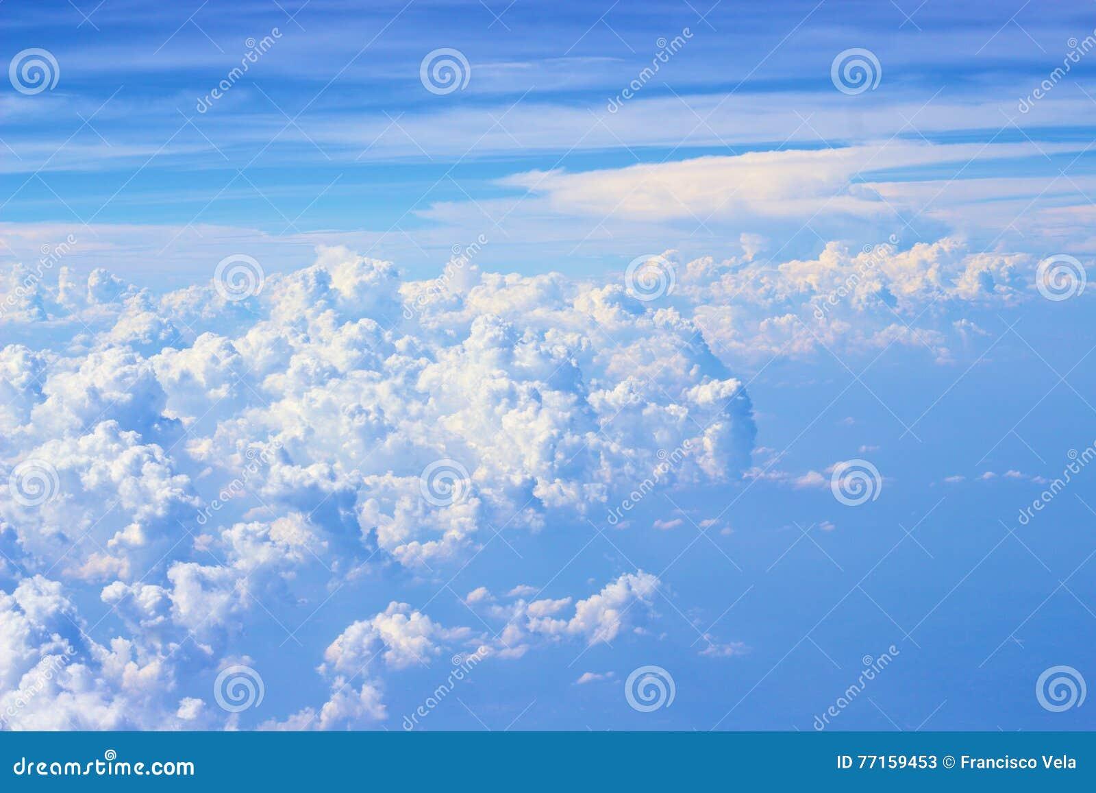 Vue nuageuse claire de ciel bleu