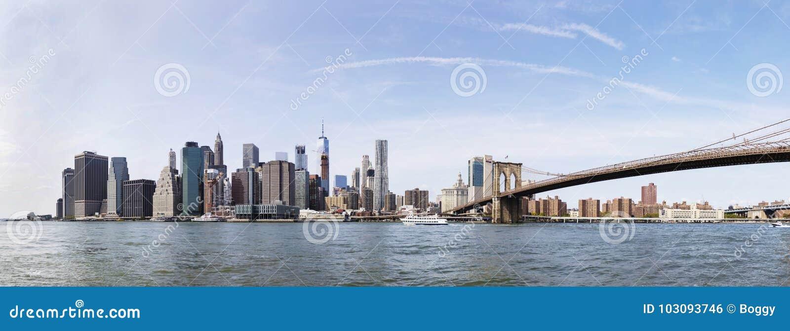Vue panoramique à la vue de pont de Brooklyn et à l horizon de Manhattan, USA