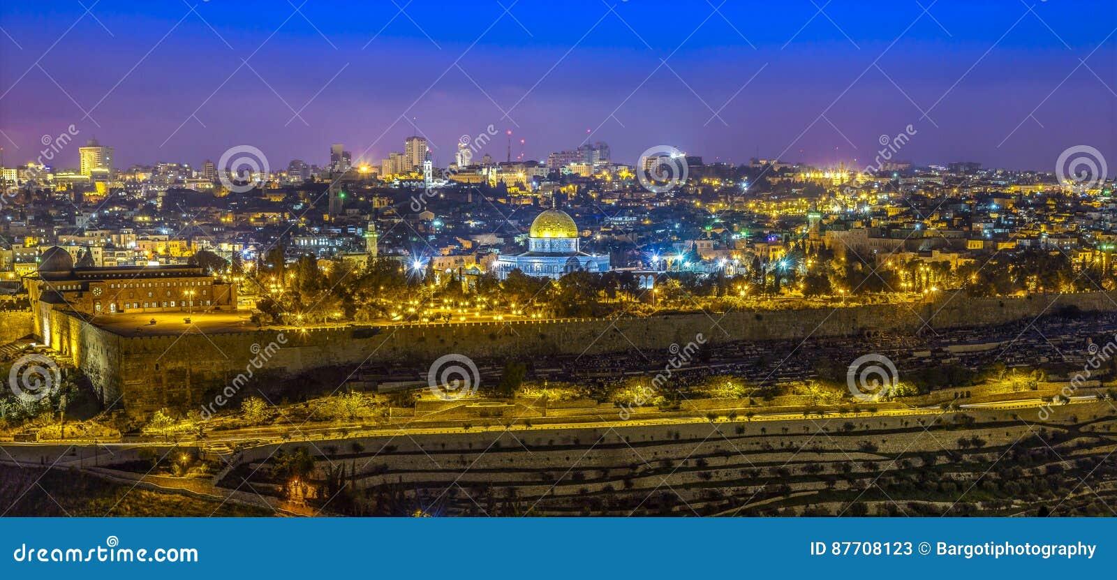 Vue panoramique à la vieille ville de Jérusalem au coucher du soleil