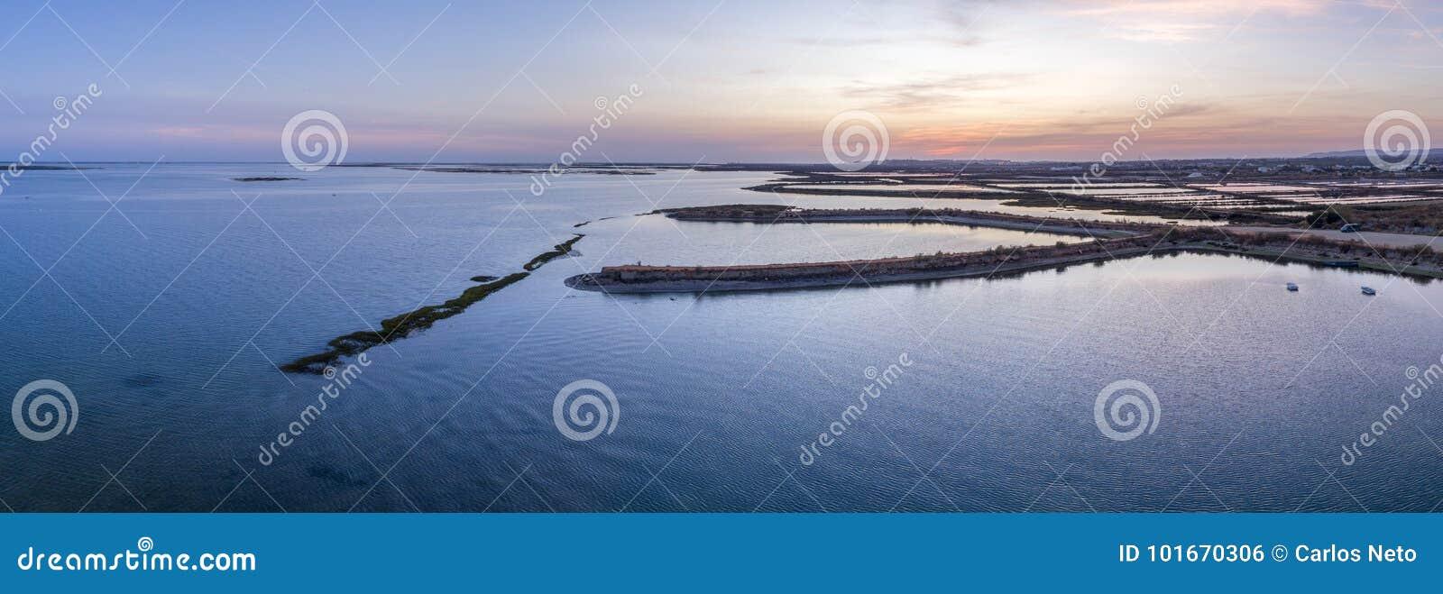 Vue panoramique aérienne de paysage marin de crépuscule de l admission de marais de sel d Olhao