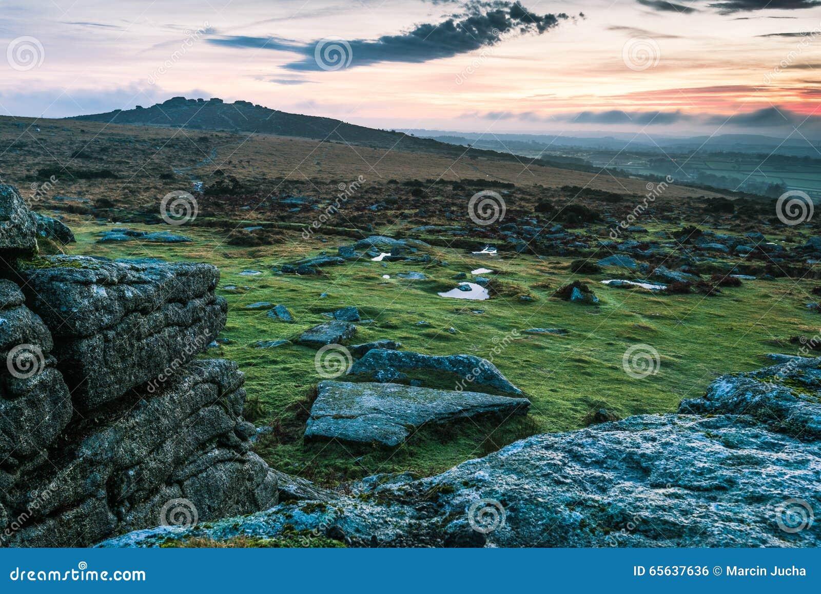 Vue panoramique au-dessus de coucher du soleil dans Dartmoor, R-U