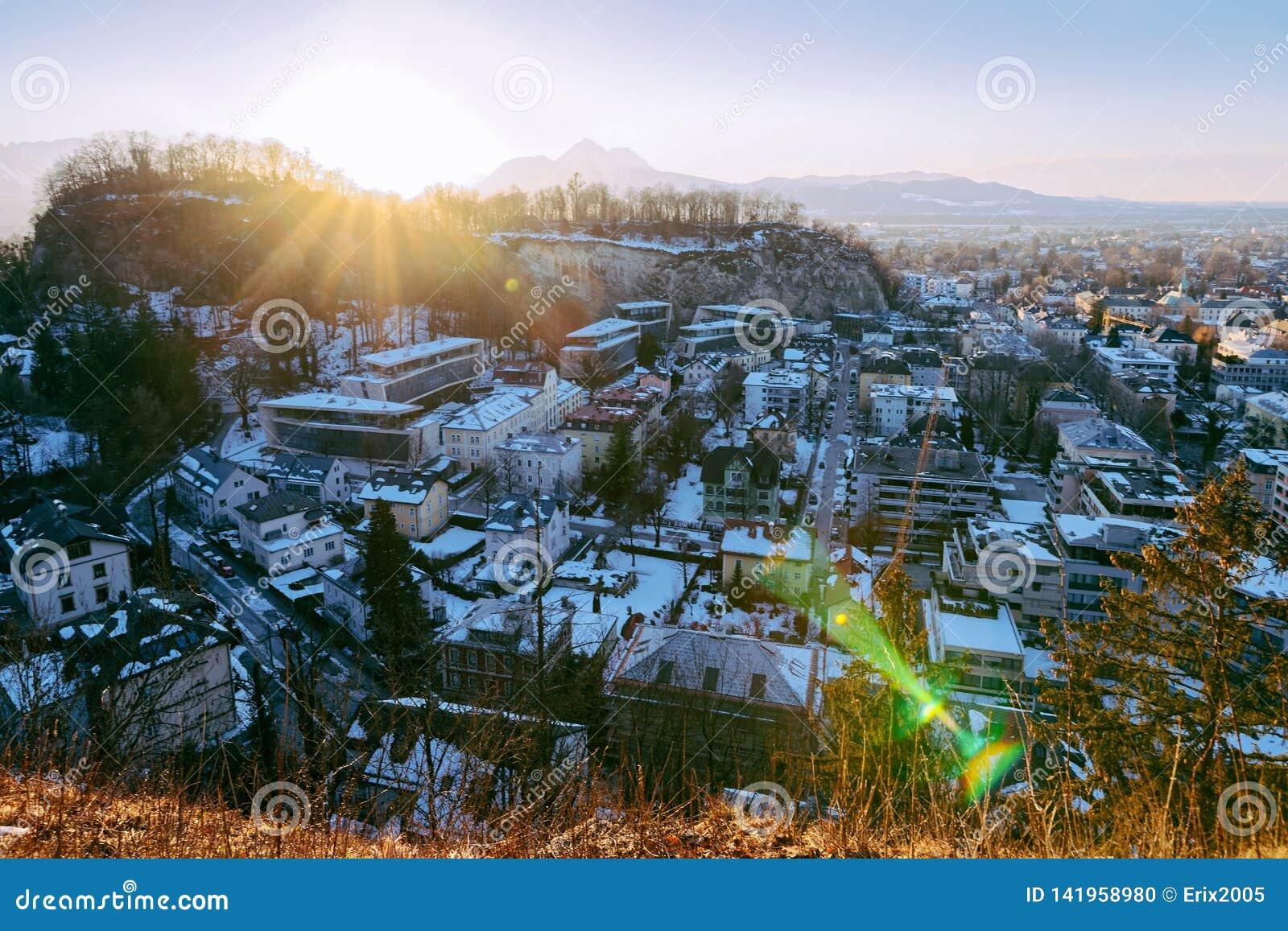 Vue panoramique avec le paysage du vieux coucher du soleil de Salzbourg Monchsberg de ville