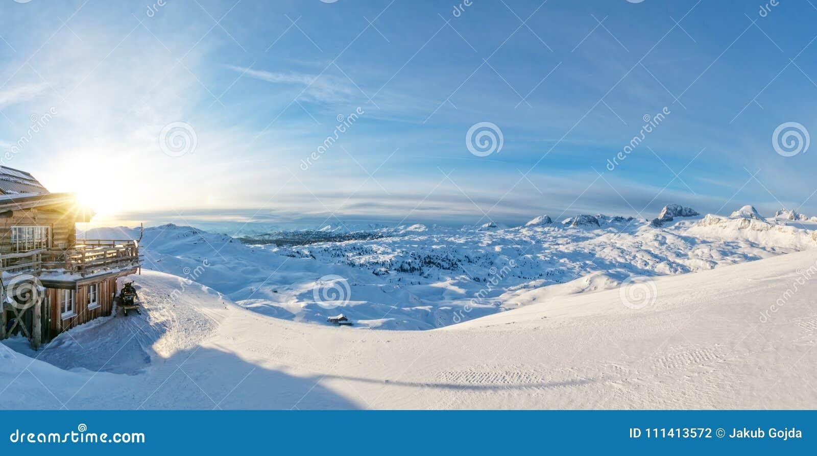 Vue panoramique d hiver dans les Alpes avec la carlingue de rondin