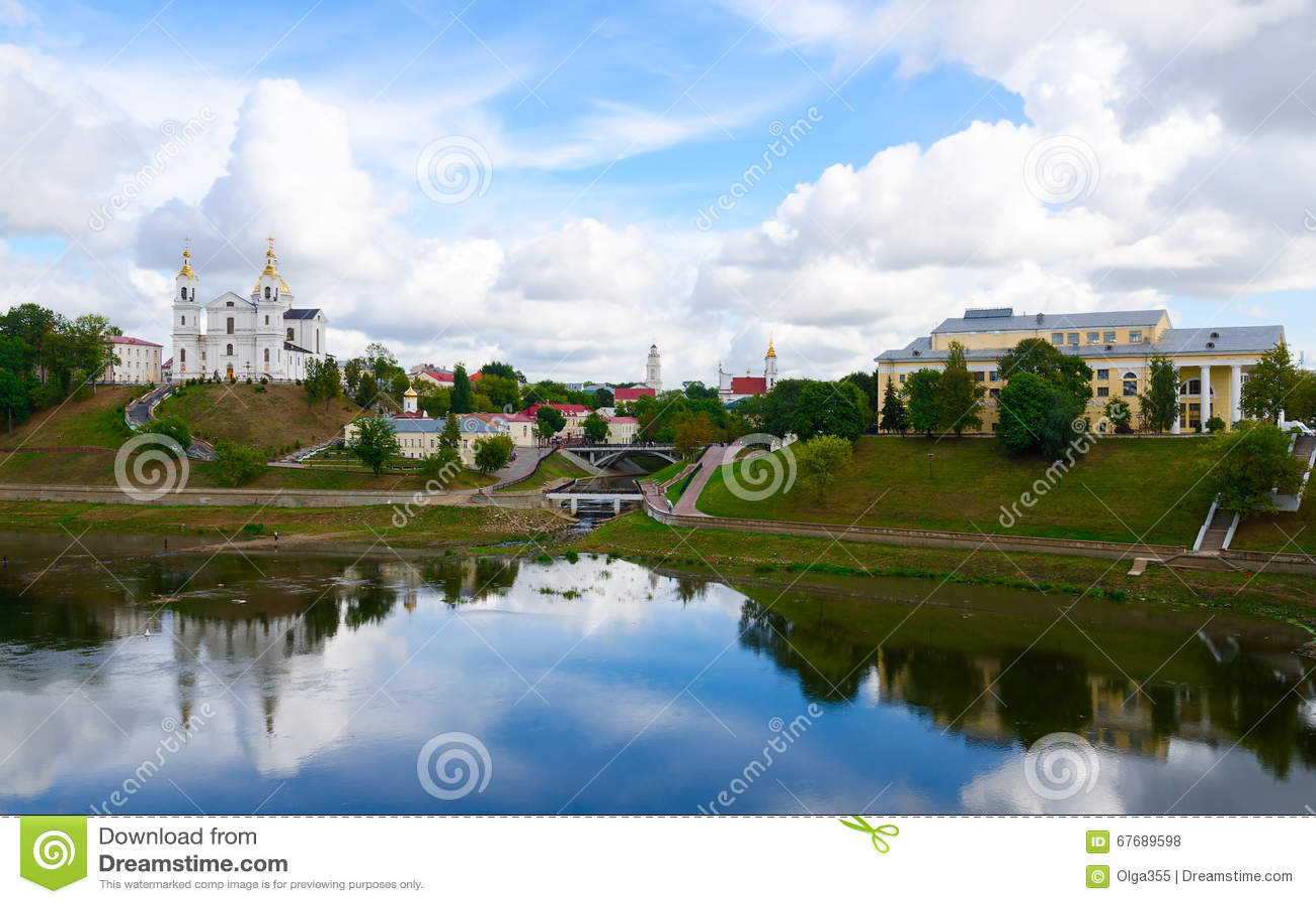 Vue panoramique de centre historique de Vitebsk au-dessus de Dvina occidental