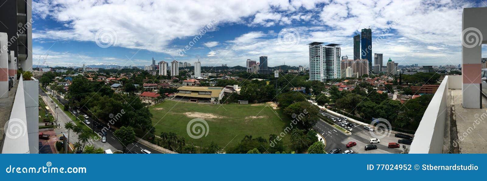 Vue panoramique de champ et de l entourage d école dans Petaling Jaya