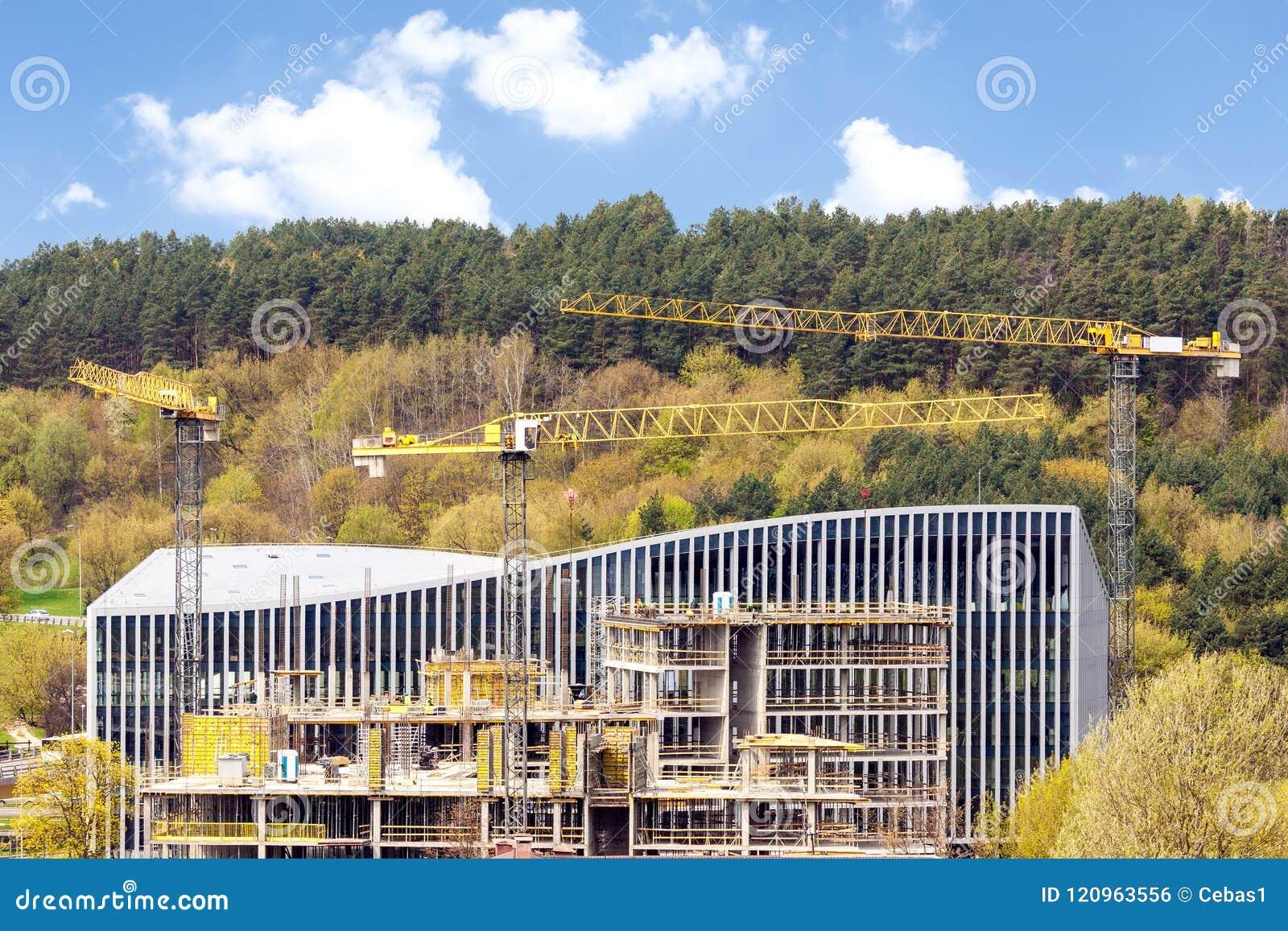 Vue panoramique de chantier de construction industriel avec des grues