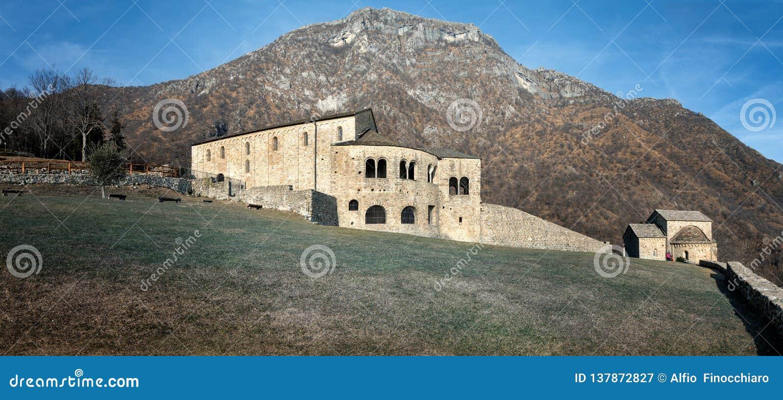 Vue panoramique de l abbaye de St Peter dans Civate