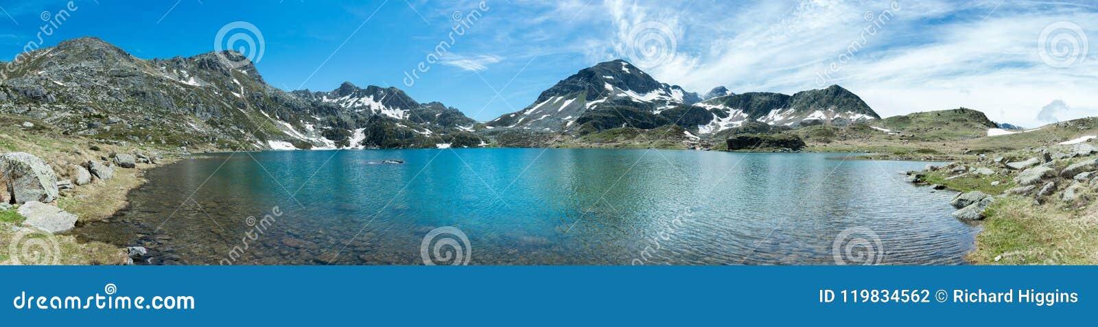 Vue panoramique de Les Etangs de Fontargente dans les Pyrénées français