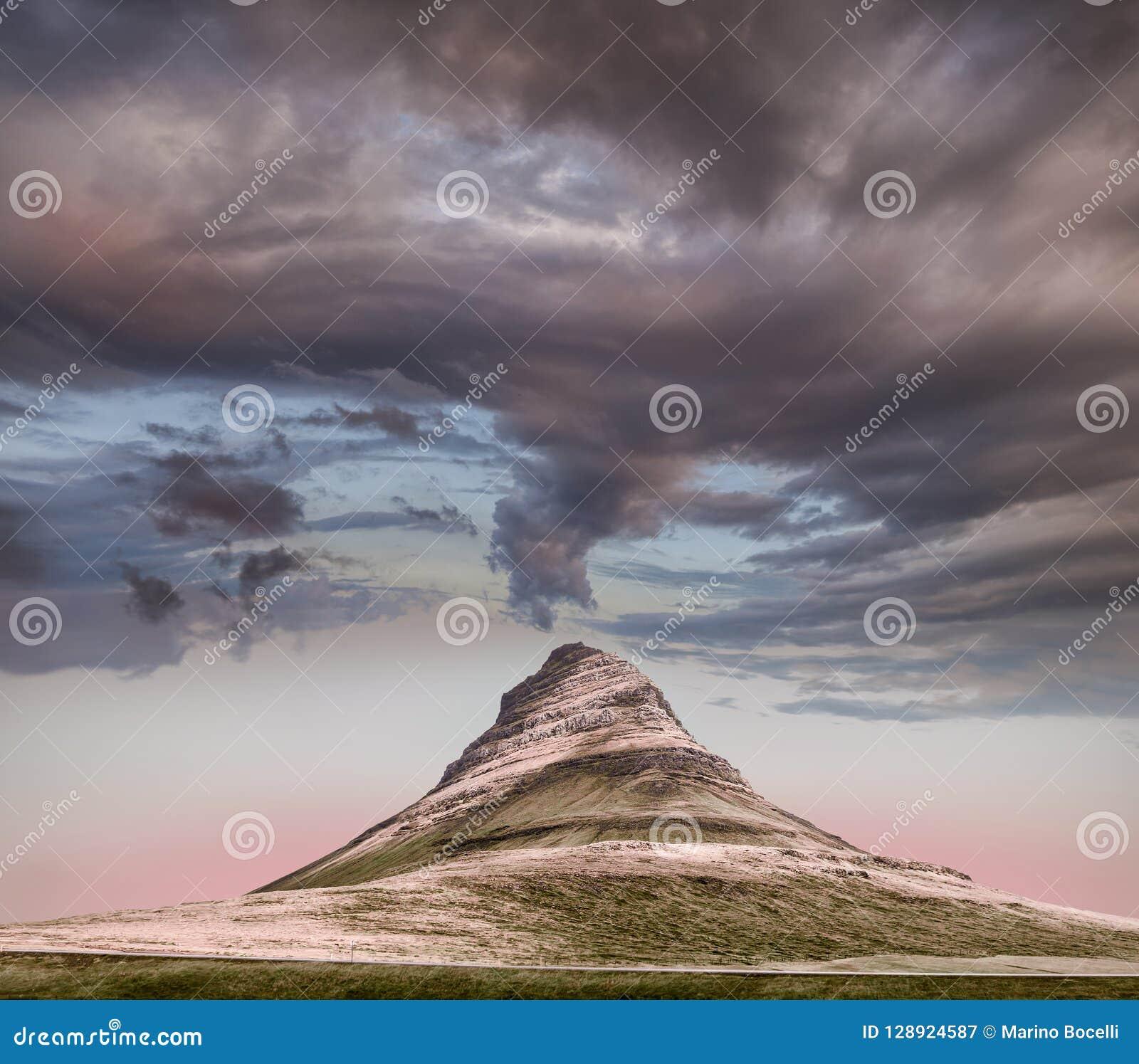 Vue panoramique de montagne de Kirkjufell sous les nuages lourds
