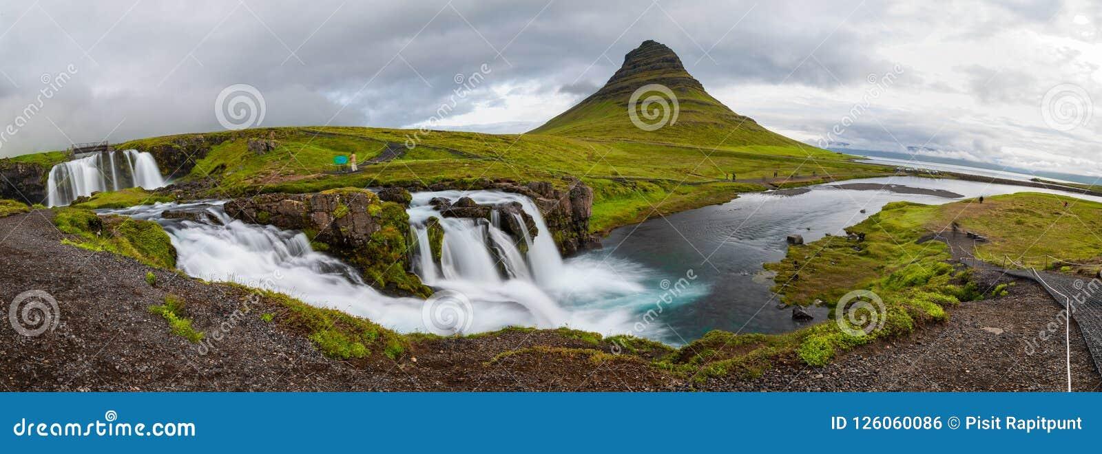 Vue panoramique de montagne de Kirkjufellfoss et de Kirkjufell dans le jour nuageux, Islande