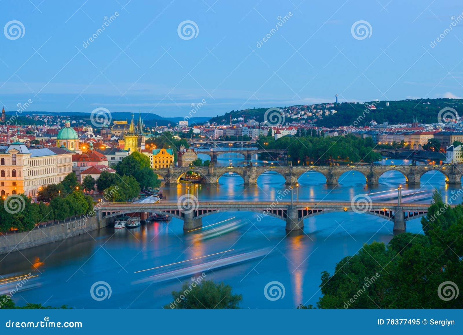 Vue panoramique de Prague la nuit