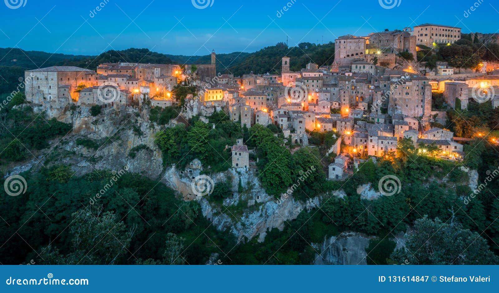 Vue panoramique de Sorano le soir, dans la province de Grosseto, la Toscane Toscane, Italie