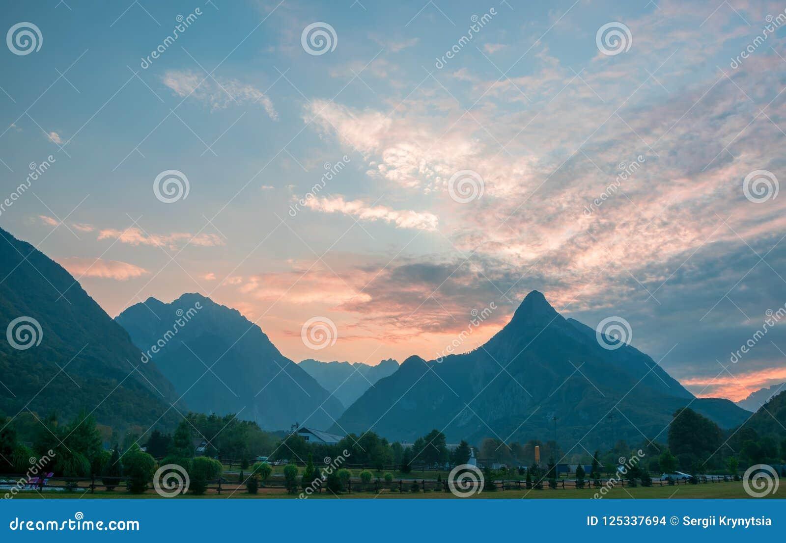 Vue panoramique de vallée idyllique de montagne, Bovec, Julian Alps, Slovénie