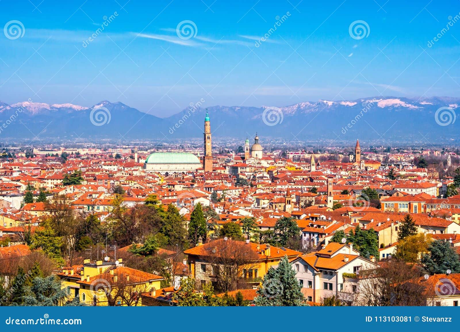 Vue panoramique de Vicence Mountai de basilique Palladiana, et d Alpes