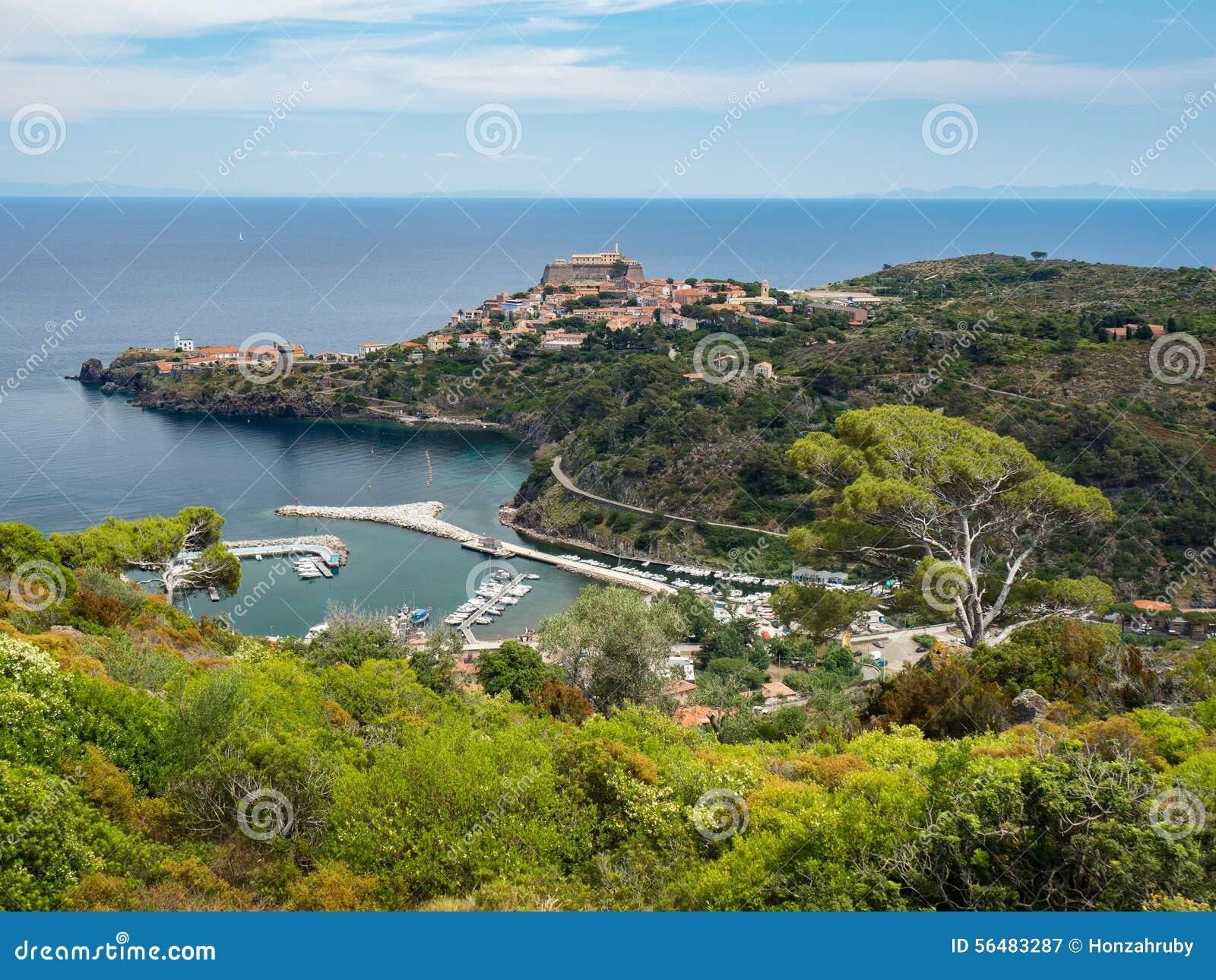 Vue panoramique de ville et de port de Capraia avec l Île d Elbe, Italie