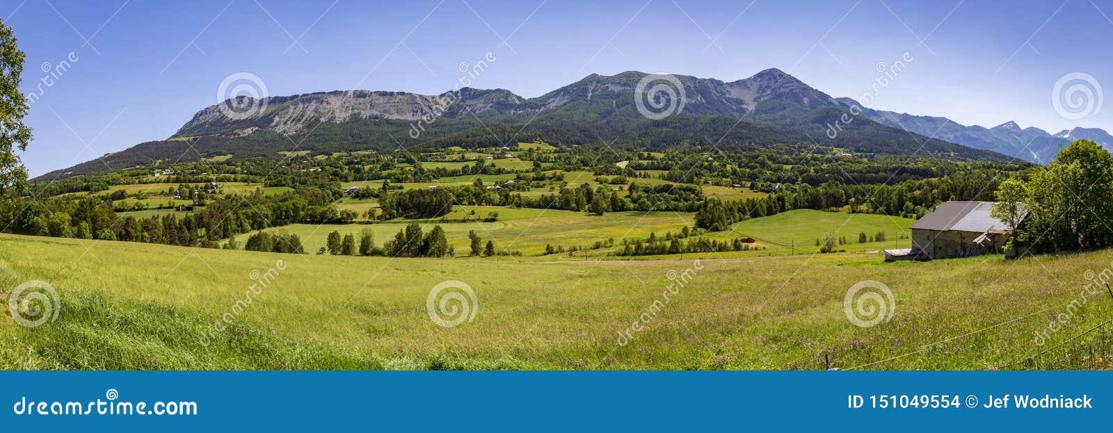 Vue panoramique des montagnes aux les Alpes de Seyne près de Digne en Provence