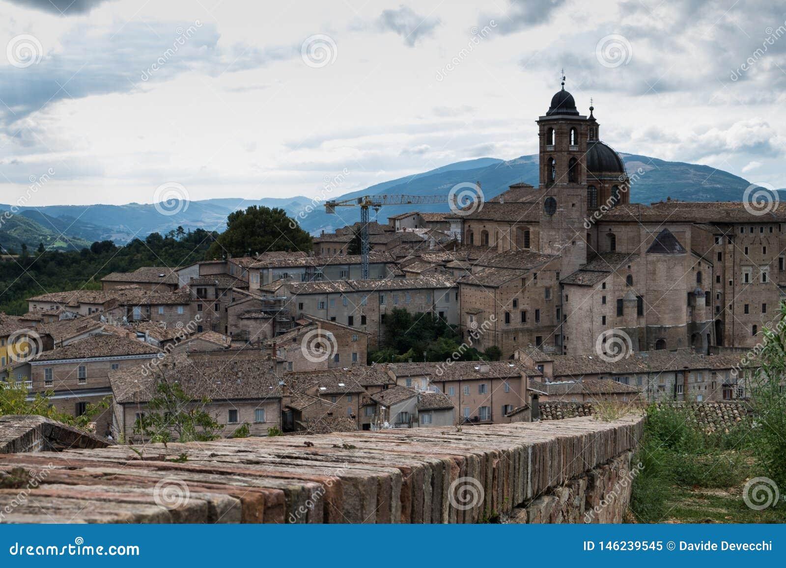 Vue panoramique du palais ducal d Urbino en Italie centrale avec un ciel dramatique