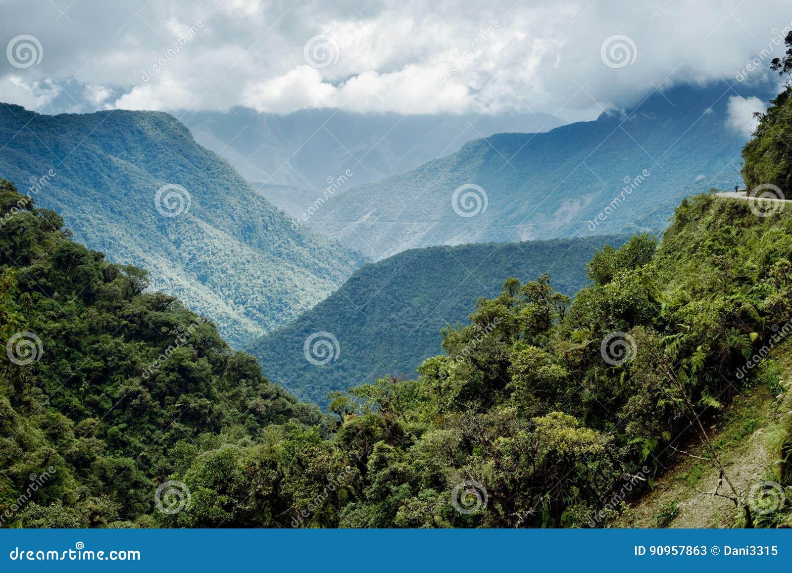 Vue panoramique du paysage montagneux de Yongas du nord
