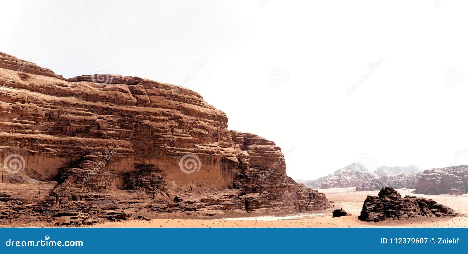 Vue panoramique du paysage rocheux puissant dans le désert de Wadi Rum, Jordanie