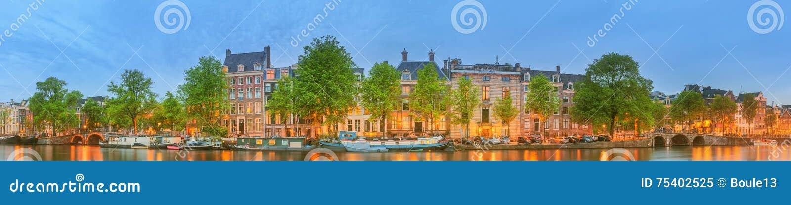 Vue panoramique et paysage urbain d Amsterdam avec des bateaux, de vieux bâtiments et la rivière d Amstel, Hollande, Pays-Bas