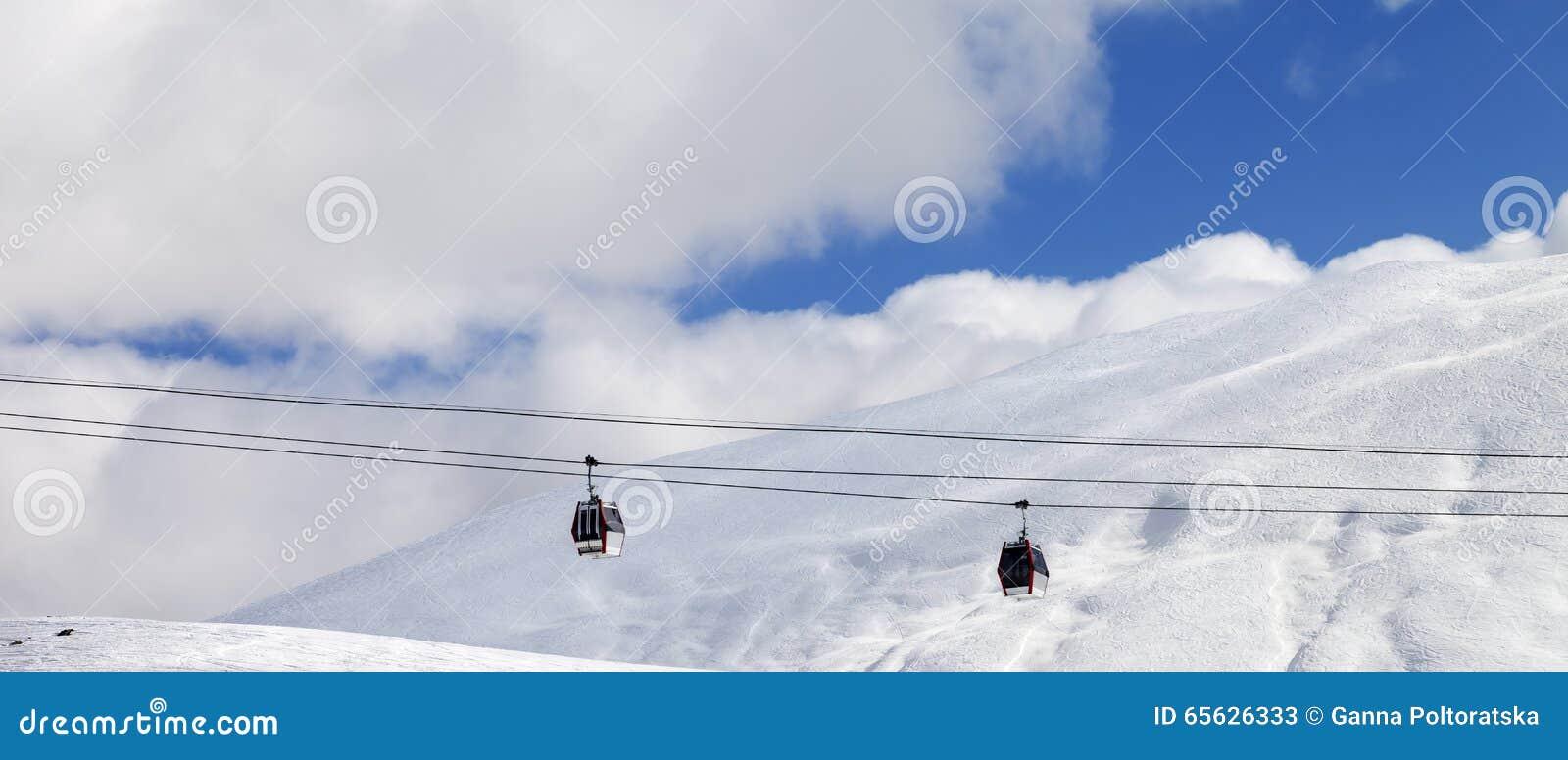 Vue panoramique sur des ascenseurs de gondole et pente hors-piste au jour du soleil