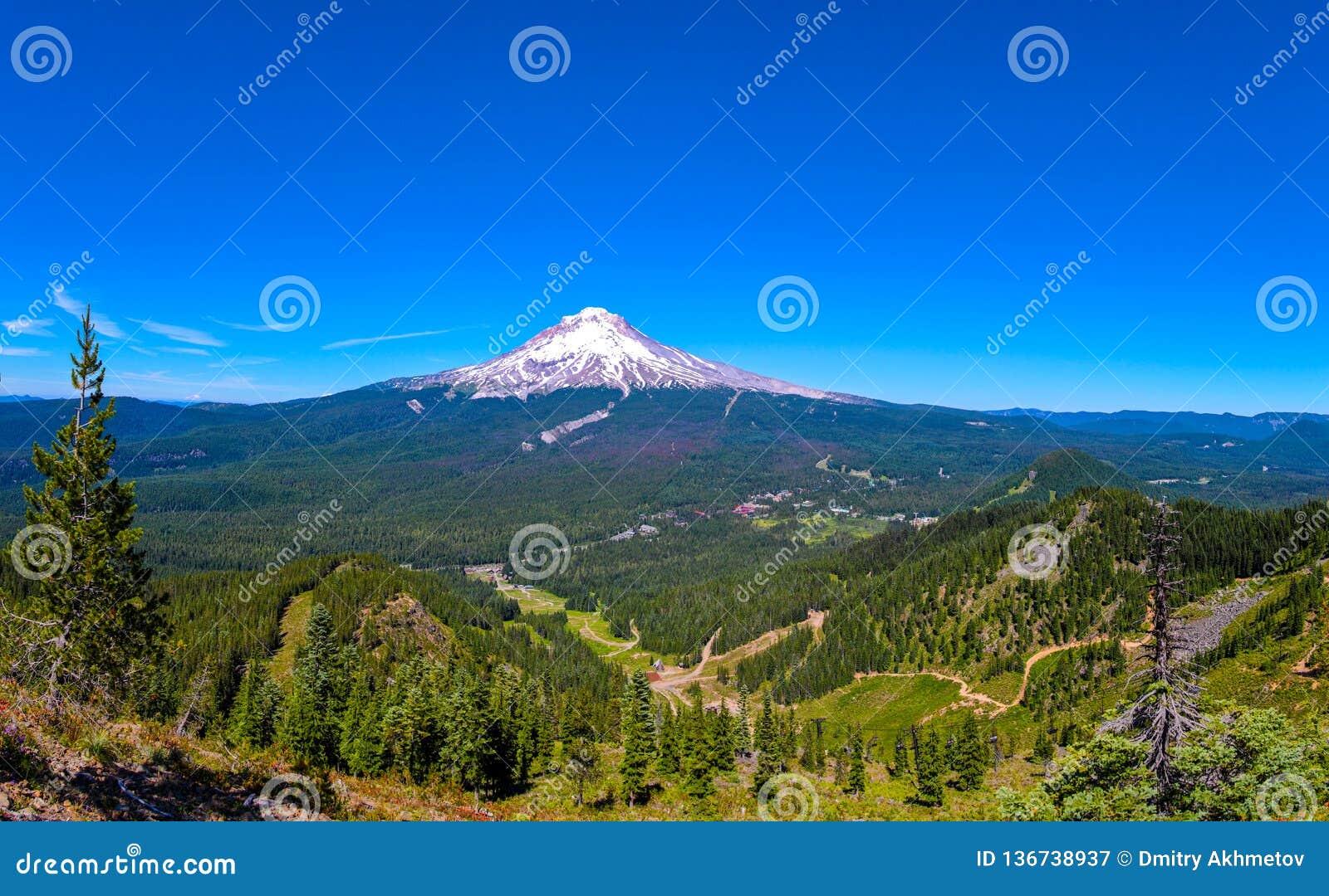 Vue panoramique sur le capot de Mt, Orégon un jour ensoleillé