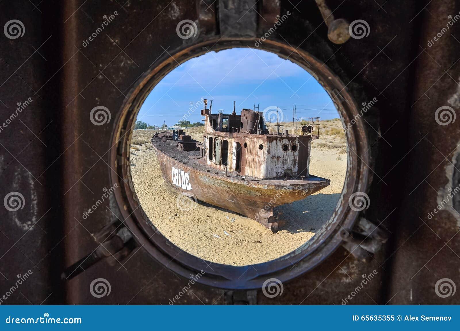 Vue par la fenêtre au vieux bateau du désert