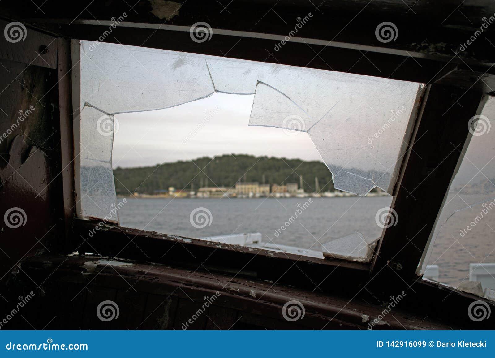 Vue par une fenêtre cassée