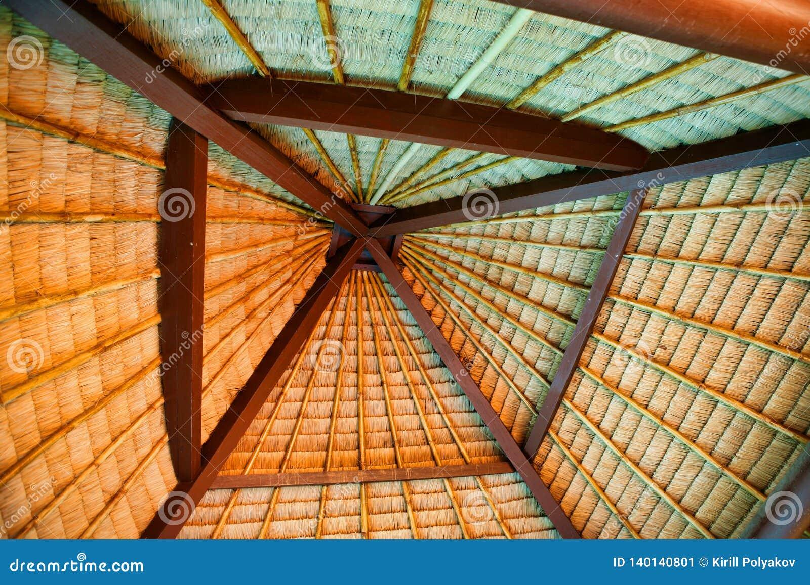 Vue peu commune du toit tissé des palmettes sèches