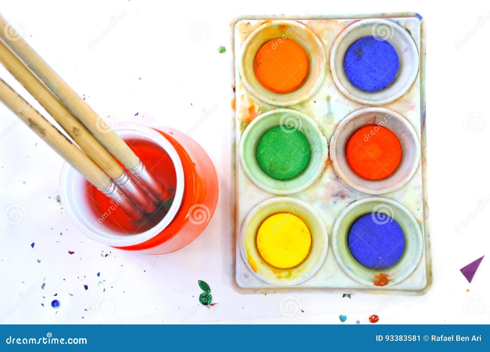 Vue plate de configuration de couleurs d eau et de pinceau sur un backgr blanc
