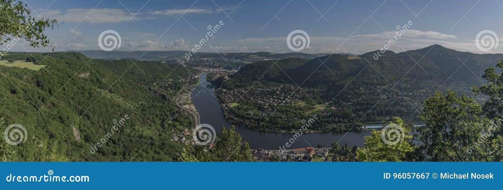 Vue pour la vallée de la rivière Labe