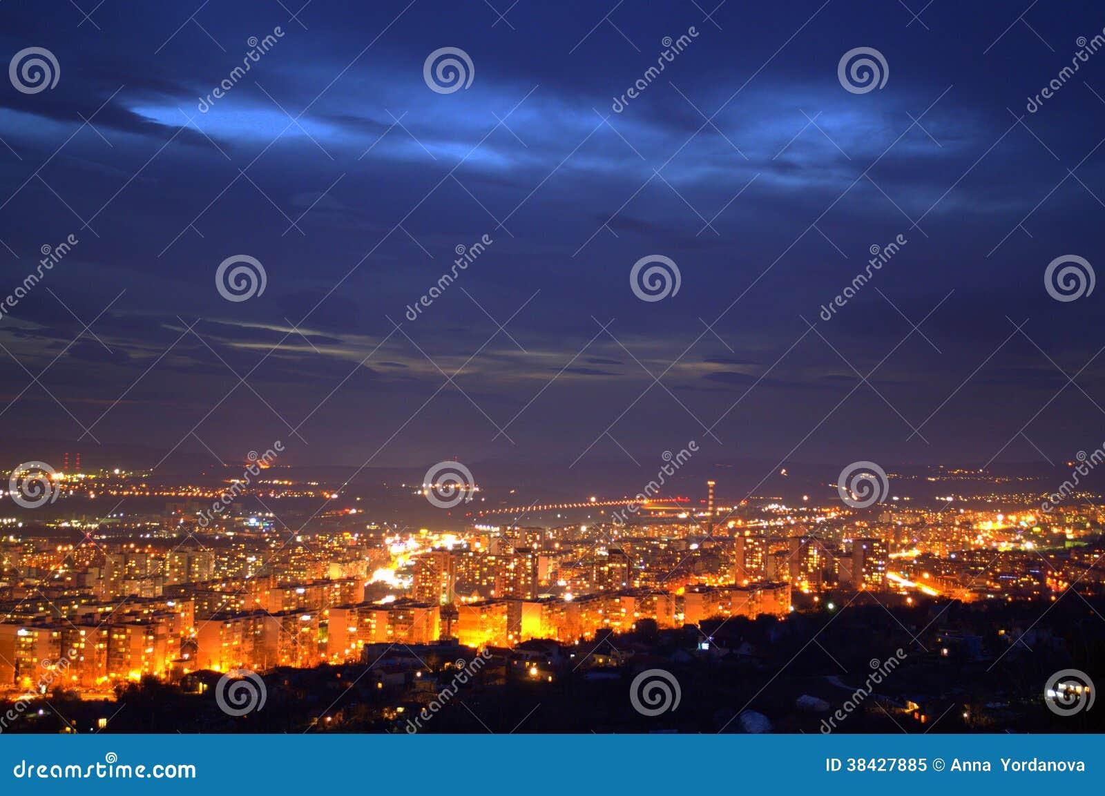Vue renversante Varna, Bulgarie, l Europe de ville de nuit