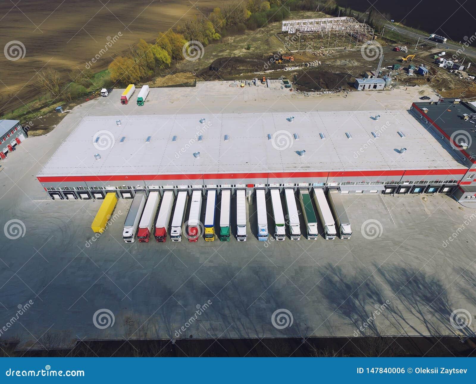 Vue a?rienne d entrep?t de marchandises La logistique centre dans la zone industrielle de ville d en haut