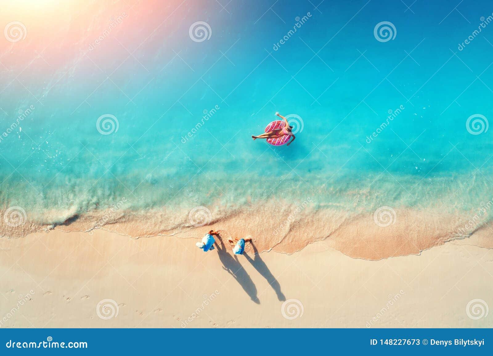Vue a?rienne d une femme de natation en mer au coucher du soleil
