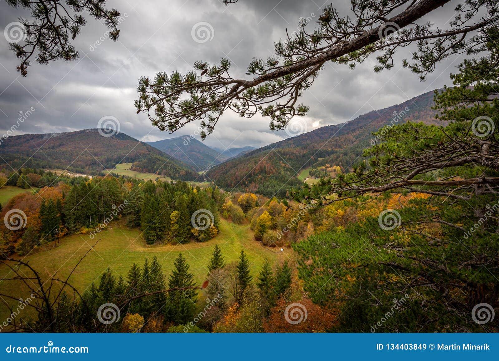 Vue scénique à partir de dessus de Hausstein à la vallée verte de Muggendorf avec la forêt colorée d automne et le ciel nuageux d
