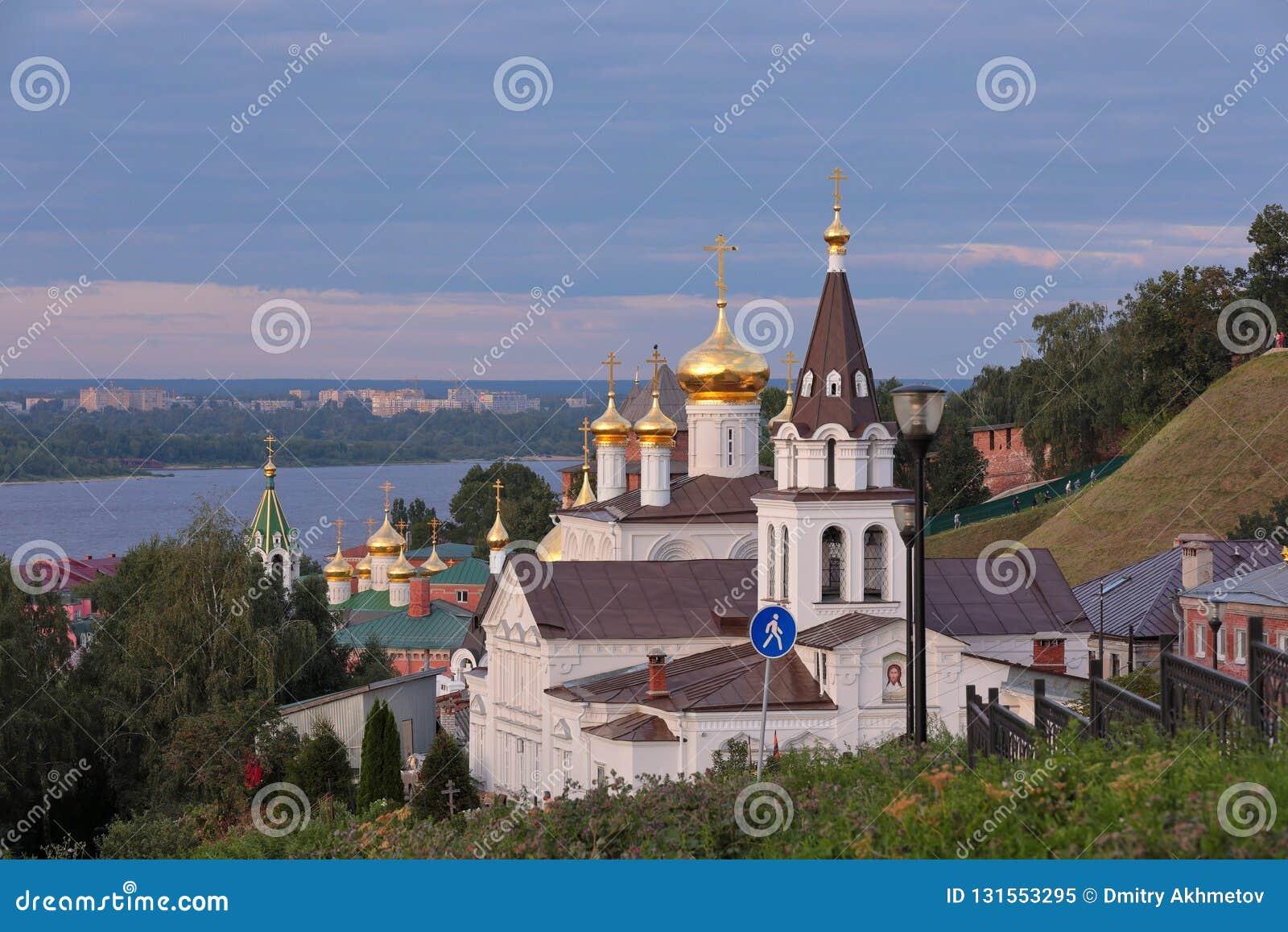 Vue scénique aux églises au-dessus de la Volga