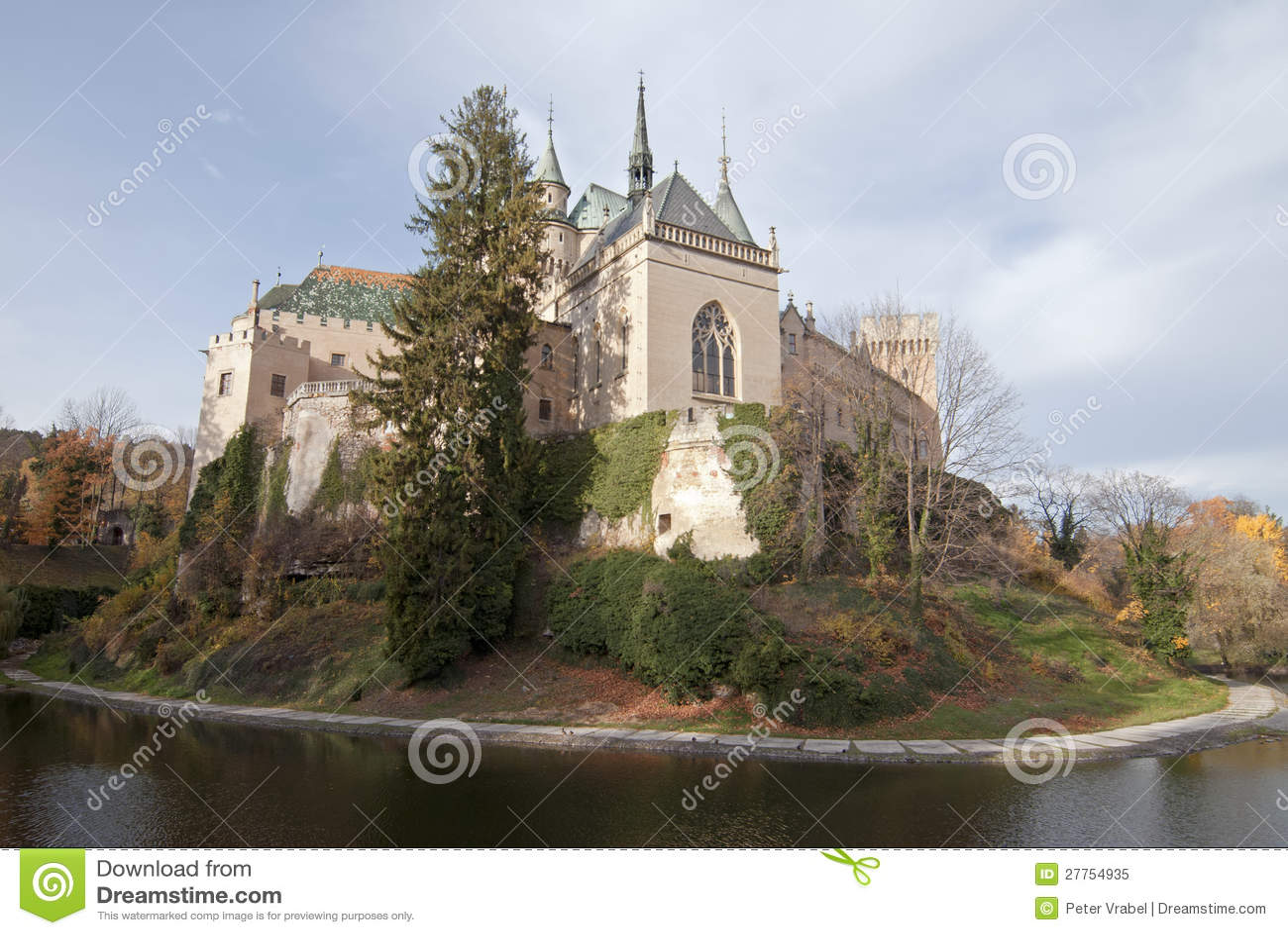 Vue scénique de château de Bojnice d automne avec le fossé