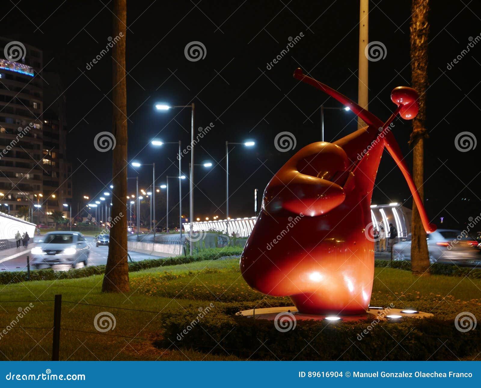 Vue scénique de nuit d une statue de cupidon ayant une forme de coeur située dans le secteur de Miraflores de Lima