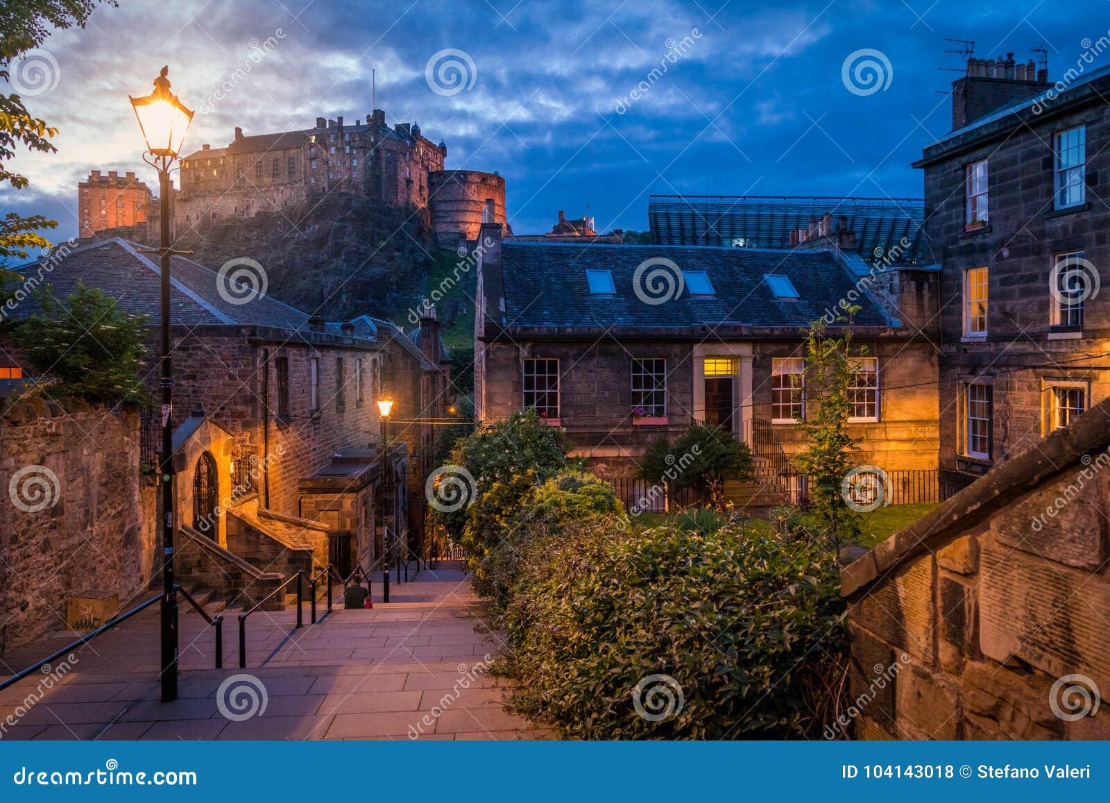 Vue scénique de nuit dans la vieille ville d Edimbourg, Ecosse